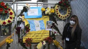 Los compañeros del doctor Óscar Hernández, fallecido de COVID-19, le rinden homenaje en el exterior de un hospital temporal en el Parque Industria de Ciudad de Guatemala el 11 de julio de 2020
