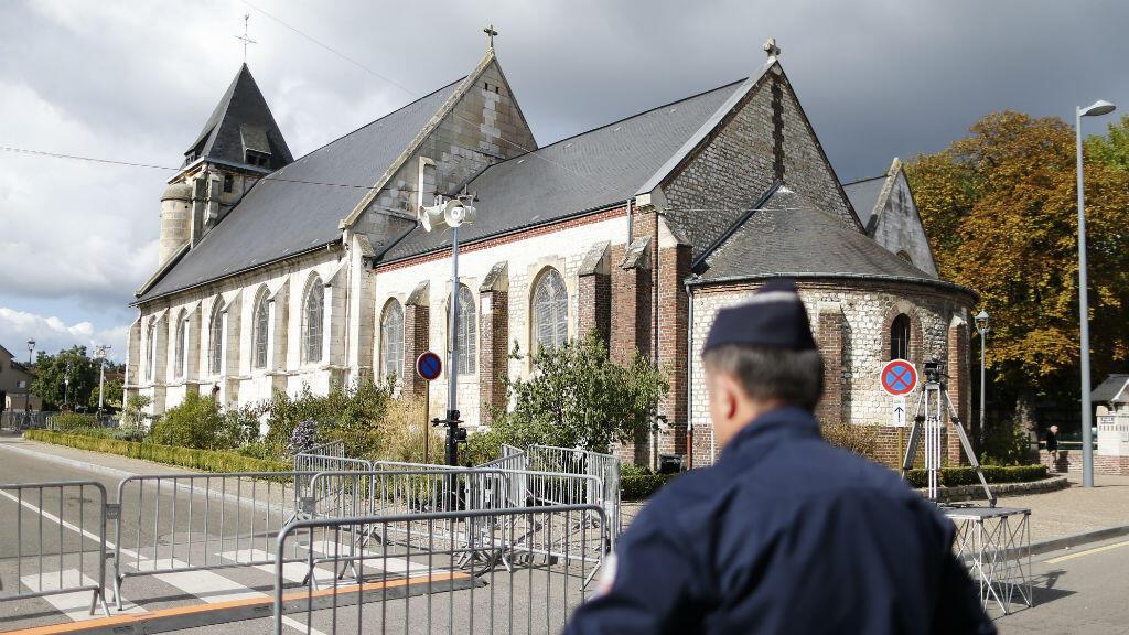 Un policier devant l'église de Saint-Étienne-du-Rouvray, le 2 octobre 2016, jour de la réouverture au public de l'édifice après l'attentat.