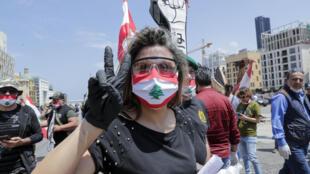 متظاهرة لبنانية احتجاجا على الأوضاع الاقتصادية في بيروت 1 ايار/مايو 2020