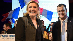 La présidente du FN, Marine Le Pen, et son compagnon Louis Aliot lors d'un meeting à Nîmes, le 2 décembre 2015.