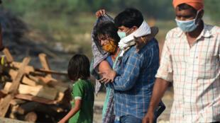 Crémation de malades du Covid-19, qui ont succombé à la maladie, alors que leurs proches se recueillent, à Allahabad (Inde), le 4 mai 2021