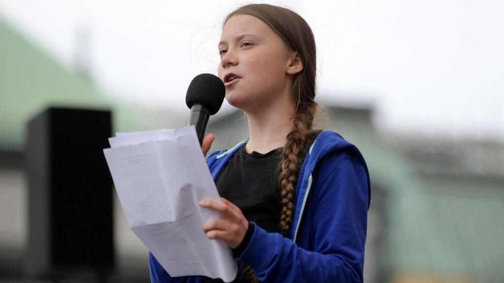 La joven sueca Greta Thunberg habla en el escenario del parque Kungstradgarden durante la manifestación Global Strike for Future en Estocolmo, Suecia, el 24 de mayo de 2019.