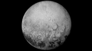 """- صورة التقطها المسبار """"نيو هورايزنز"""" للكوكب بلوتو في ساعة مبكرة من 11 تموز/يوليو 2015"""