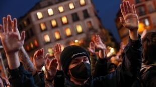 Los partidarios del rapero catalán arrestado, Pablo Hasél, levantan las manos durante una protesta contra su sentencia en Madrid, España, el 20 de febrero de 2021.