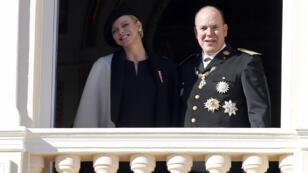 Le prince Albert II de Monaco et son épouse Charlène apparaissent au balcon du Palais, le 19 novembre 2014, lors de la fête nationale.