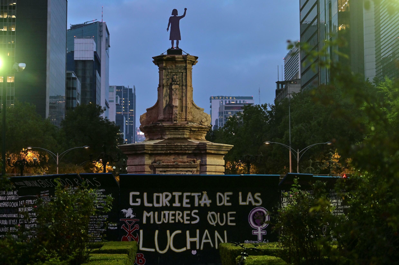 """Una estatua en su memoria """"Luchando contra las mujeres"""" Colocado sobre un pedestal en la ciudad de México donde se encontraba la imagen de Cristóbal Colón"""