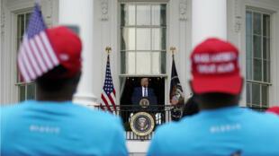 Le président américain Donald Trump s'est exprimé depuis le balcon de la Maison Blanche, le 10 octobre 2020, pour la première fois depuis son hospitalisation après une infection au Covid-19.