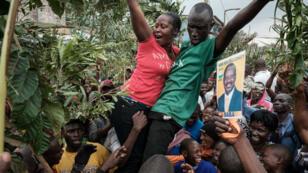Des partisans de l'opposition célèbrent la décision de la Cour suprême, à Nairobi, le 1er septembre.