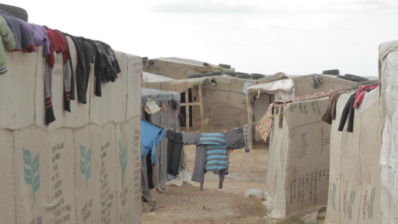 Dans les dédales du camp improvisé, les Doms font sécher leurs vieux vêtements là où ils le peuvent.