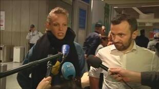 Les journalistes Thomas Dandois et Valentine Bourrat avant leur procès, le 20 octobre 2014.