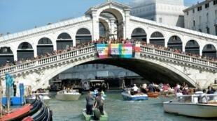 جسر ريالتو الشهير في البدقية يعود تاريخ بنائه الى نهاية القرن الثاني عشر