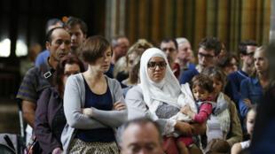 Une femme musulmane assiste à la messe en hommage au père Hamel à la Cathédrale de rouen, le vendredi 31 juillet 2016..