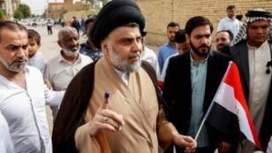 الزعيم الشيعي مقتدى الصدر بعد الإدلاء بصوته في النجف في الانتخابات التي جرت السبت في 12 أيار/مايو 2018