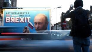 """لافتة تحمل صورة الرئيس الروسي فلاديمير بوتين وكتب عليها """"فلنحتفل ببريكست أحمر وأبيض وأزرق"""" في شمال لندن بتاريخ 8 تشرين الثاني/نوفمبر 2018"""