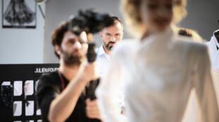 Au tournage du film pour présenter la collection haute couture de Julien Fourné, à Paris, le 30 juin 2020