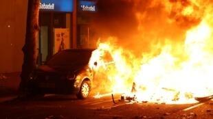 Une voiture brûle lors d'une manifestation indépendantiste à Barcelone, en Espagne, dans la nuit du16 au 17octobre2019.