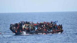 L'impressionnante photo du naufrage d'un bateau de migrants entre la Libye et l'Italie, secouru par la Marine militaire italienne, le 25 mai 2016.