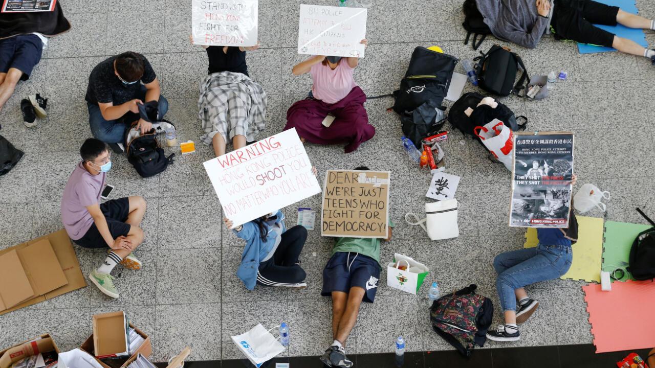 Una treintena de manifestantes antigubernamentales se quedó en el aeropuerto de Hong Kong, después de enfrentarse con la policía la noche anterior.