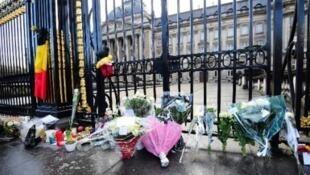 ورود وشموع أمام القصر الملكي البلجيكي لذكرى الملكة فابيولا التي توفيت في شهر كانون الأول/ ديسمبر 2014