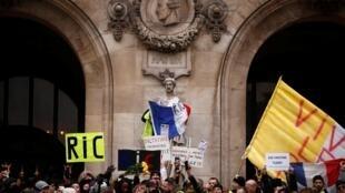 """El reclamo por el RIC durante la manifestación de los """"chalecos amarillos"""", el 15 de diciembre de 2018 en París."""