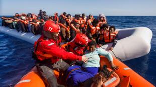 أعضاء في منظمة إسبانية غير حكومية  خلال إغاثة مهاحرين في المتوسط قبالة السواحل الليبية في 9 شباط/فبراير 2020