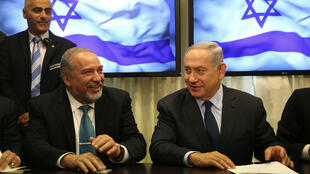 Le nouveau ministre des Affaires étrangères israélien, Avigdor Lieberman (g), siègeant aux côtés de Benjamin Netanyahou.