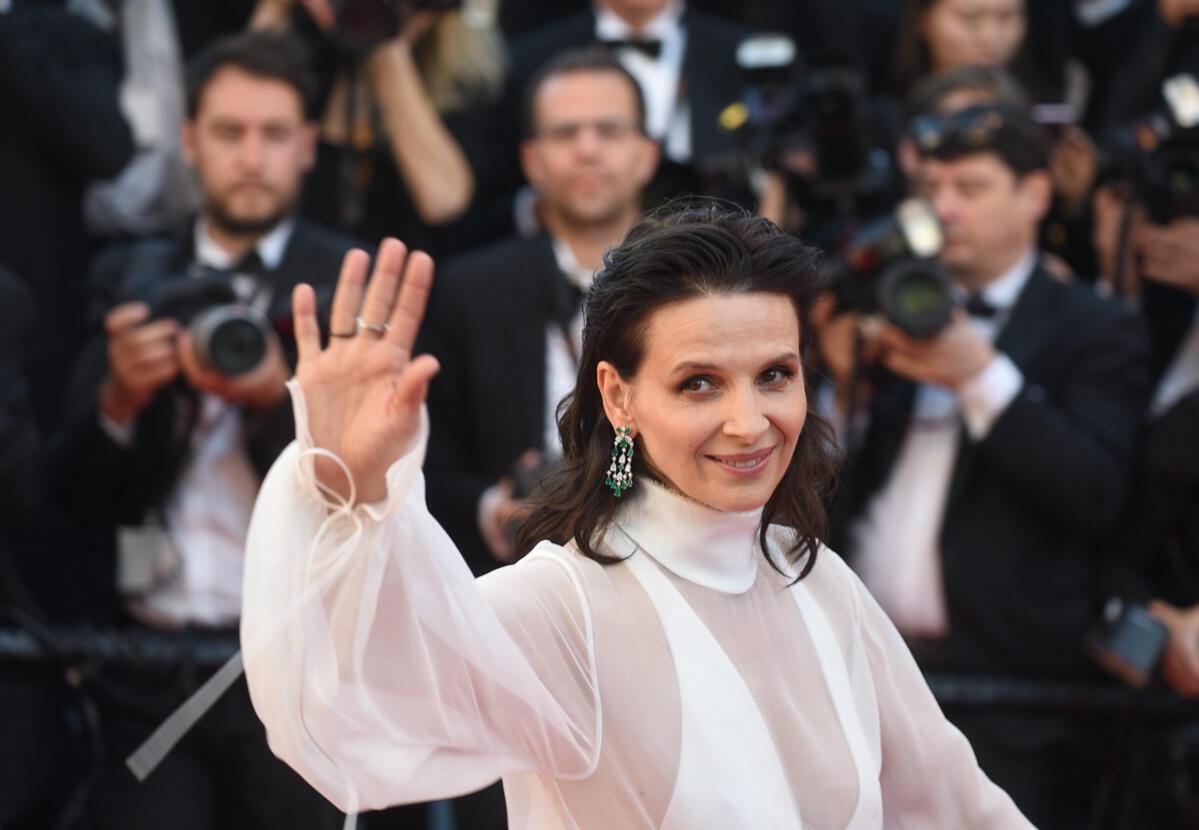 Juliette Binoche rayonnante sur le tapis rouge. L'actrice française est une habituée du festival, mais elle continue à monter les marches avec toujours le même enthousiasme.