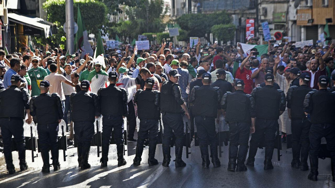 Des manifestants algériens font face à des forces de l'ordre lors d'une manifestation à Alger, le 4 octobre 2019.