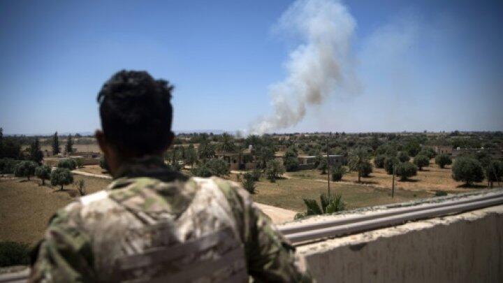مقاتل موال لحكومة الوفاق الوطني يراقب الاشتباكات في السبيعة على بعد 40 كيلومتر من طرابلس نيسان/أبريل 2019
