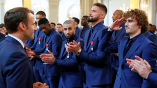 Antoine Griezmann faisant un salut militaire face au président Emmanuel Macron, le 4 juin au palais de l'Élysée.