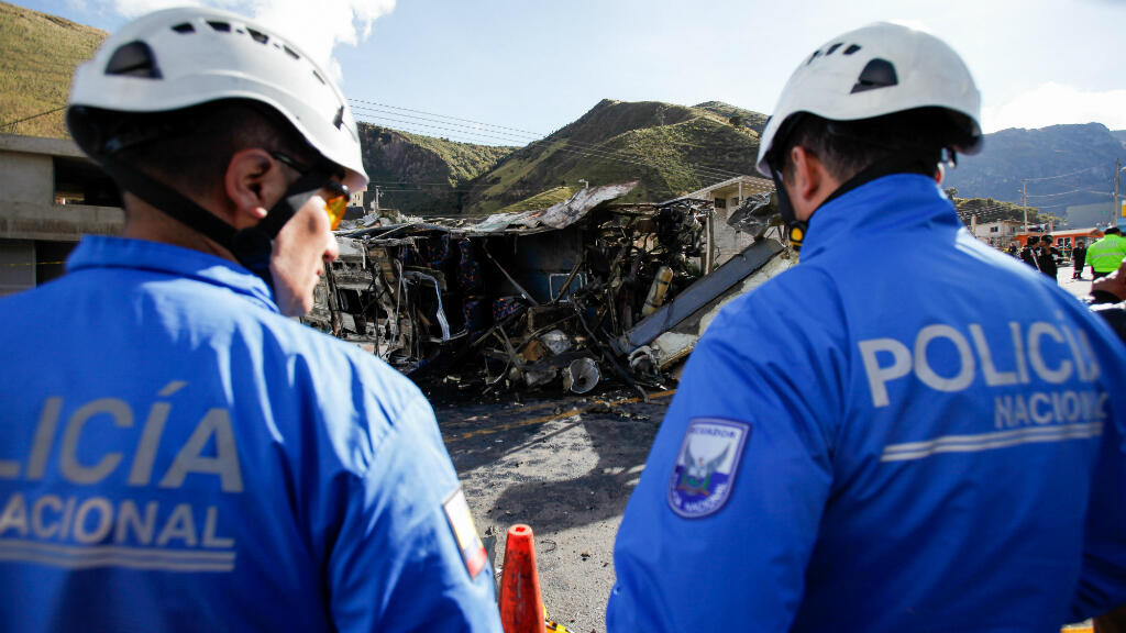 Los cuerpos de emergencia trabajan tras el accidente de un autobús de pasajeros en la carretera entre Quito y Papallacta en Palugo, Ecuador,  el 14 de agosto de 2018.