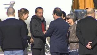 Le président français François Hollande salue l'un des ex-otages