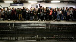 Los viajeros esperan para abordar un metro en la estación de metro Gare du Nord durante una huelga de todos los sindicatos de la red de transporte de París (RATP) contra los planes de reforma de pensiones en París, Francia, el 13 de septiembre de 2019.