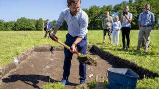 Le ministre norvégien du climat et de l'Environnement Sveinung Rotevatn commence officiellement l'excavation de Gjellestadskipet, un bateau viking découvert près de Halden, à 100 kms au sud d'Oslo le 26 juin 2020
