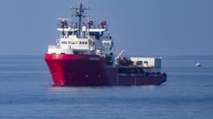 L'Ocean Viking secourt des migrants en Méditerranée comme ici le 15 septembre 2019.