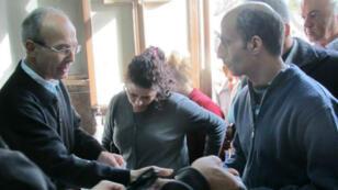 Engagé avec les Frères maristes bleus d'Alep, le docteur Nabil Antaki aide les civils victimes du conflit. À gauche sur la photo, il distribue des paniers alimentaires.