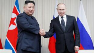 El líder norcoreano Kim Jong-un y el presidente ruso Vladimir Putin se dan la mano durante sus conversaciones en la Universidad Federal del Lejano Oriente en la Isla Russky, en Vladivostok, Rusia, el 25 de abril de 2019.