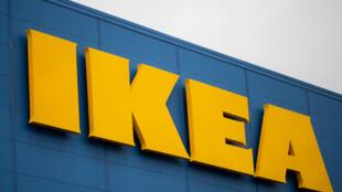 El célebre logotipo de Ikea, en el exterior de su tienda de Saint-Herblain, a las afueras de Nantes, el 13 de enero de 2021 al oeste de Francia