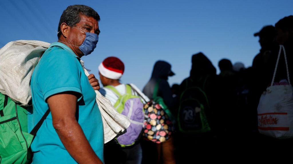 Walter Rodríguez, migrante de El Salvador, camina por Puebla hacia Ciudad de México, en una caravana rumbo a Estados Unidos, el 12 de noviembre de 2018.