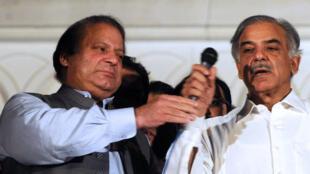 Nawaz Sharif (à g.) et son frère Shahbaz à Lahore, après la victoire de leur parti aux élections générales, le 11 mai 2013.