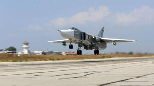 طائرة سوخوي الحربية الروسية تنطلق من قاعدة حميميم السورية في تشرين الأول/أكتوبر 2015.