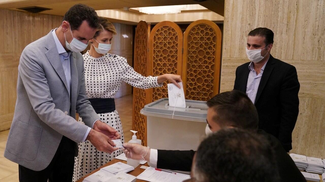 El presidente de Siria, Bashar al-Assad, y su esposa Asma emitieron su voto dentro de un colegio electoral durante las elecciones parlamentarias en Damasco, Siria, en este folleto publicado por SANA el 19 de julio de 2020.