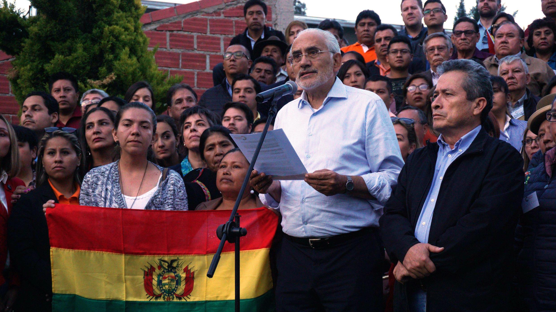 El opositor Carlos Mesa (centro) durante una conferencia de prensa, el domingo 3 de noviembre de 2019, en La Paz, Bolivia.