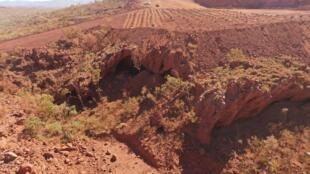 La cueva de Juukan Gorge, en Australia Occidental, uno de los lugares habitados más antiguos del país, en una imagen tomada por la Corporación Aborigen PKKP el 15 de mayo de 2020