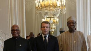 Le président Emmanuel Macron posant aux côtés du président malien Ibrahim Boubacar Keita, du président tchadien Idriss Deby et du président nigérien Mahamadou Issoufou à l'Élysée dans le cadre du sommet de la paix à Paris, le 12 novembre 2019.