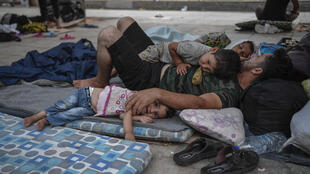 مهاجرون في مخيمات للاجئين في أثينا