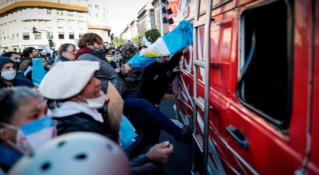 Decenas de personas golpearon la móvil de un canal de televisión local, durante las protestas contra la cuarentena, instaurada por el Gobierno de Alberto Fernández. En Buenos Aires, Argentina, el 9 de julio de 2020.