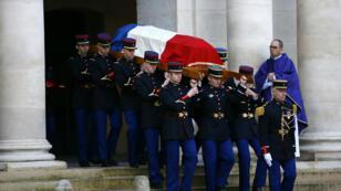 Des membres de la Garde républicaine portent le cercueil de Jean d'Ormesson, le 8 décembre 2017, dans la cour de l'Hôtel des Invalides.