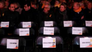 El nombre de Carles Puigdemont se ve en un marcador de asiento antes del rally de cierre de campaña de Junts Per Catalunya antes de las elecciones regionales en Barcelona, España, el 19 de diciembre de 2017.