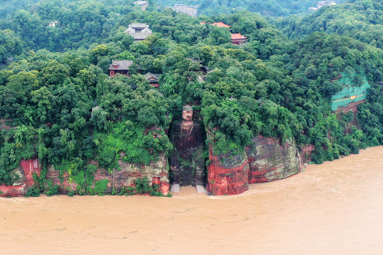 Imágenes de medios estatales mostraron aguas turbias que alcanzaron los pies del Buda Gigante de Leshan de 71 metros de altura en Sichuan, por primera vez desde que se fundó la República Popular China en 1949.